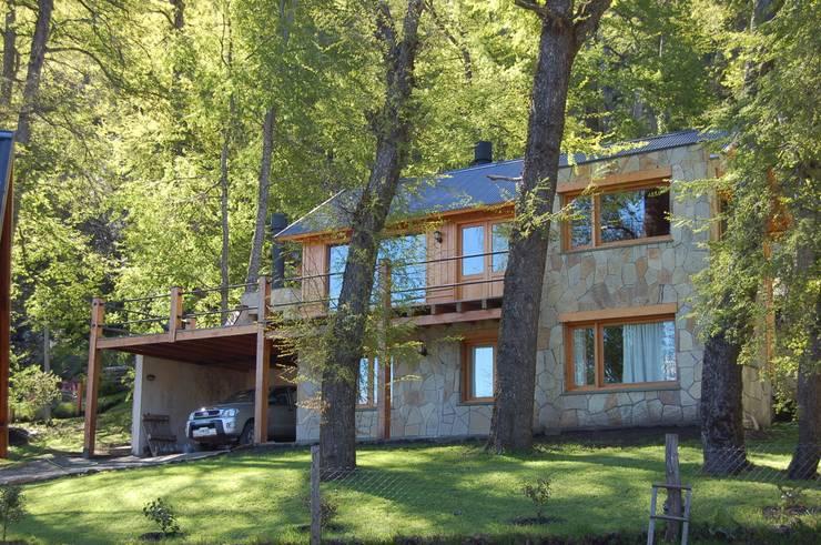 Casa Los Robles – San Martin de los Andes Balcones y terrazas clásicos de Aguirre Arquitectura Patagonica Clásico Madera maciza Multicolor
