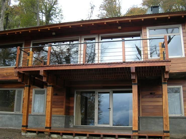 Casa Miralejos - San Martin de los Andes: Casas de estilo moderno por Aguirre Arquitectura Patagonica