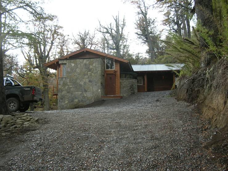 Casa Miralejos – San Martin de los Andes: Casas de estilo moderno por Aguirre Arquitectura Patagonica