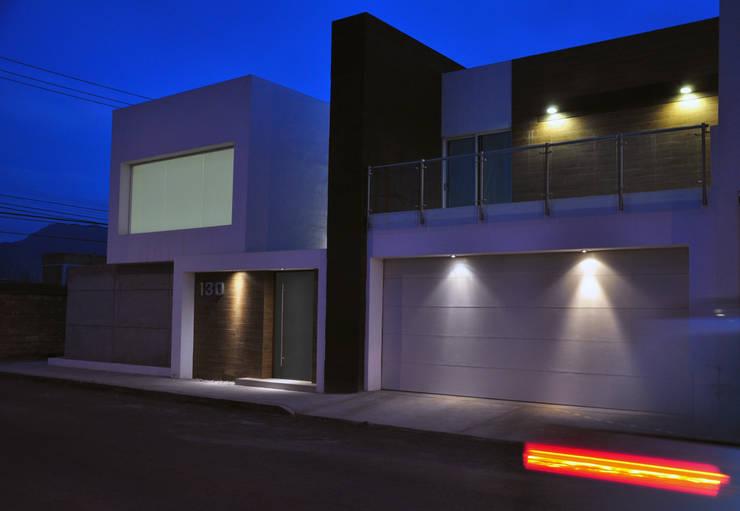 Fachada principal: Casas de estilo  por fc3arquitectura