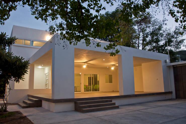 Fachada: Casas de estilo  por fc3arquitectura