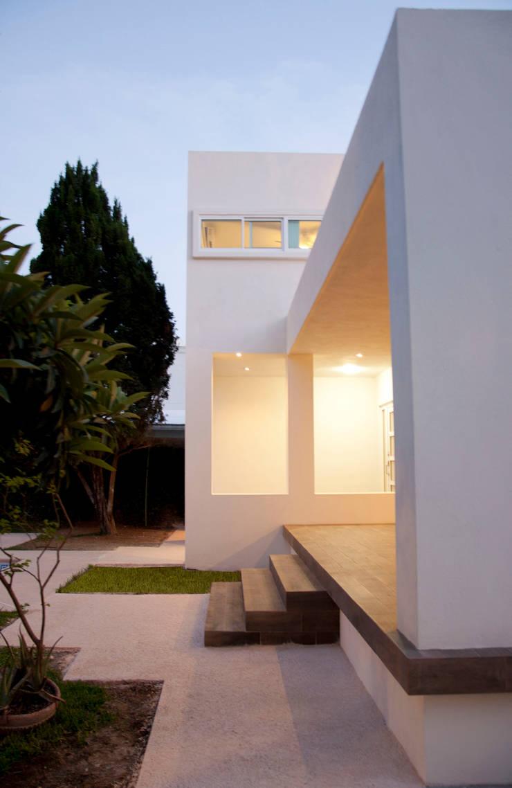 Detalle de fachada: Casas de estilo  por fc3arquitectura