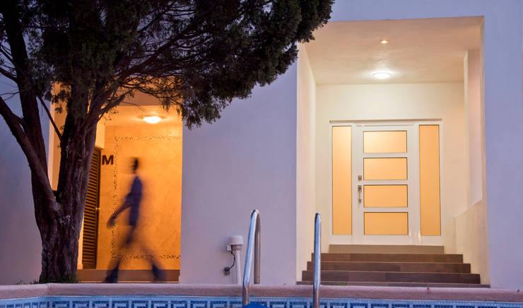 Detalle de acceso: Casas de estilo  por fc3arquitectura