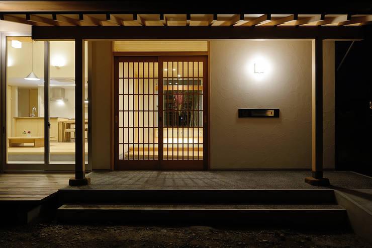 牛川町の家2014: 株式会社kotoriが手掛けた廊下 & 玄関です。