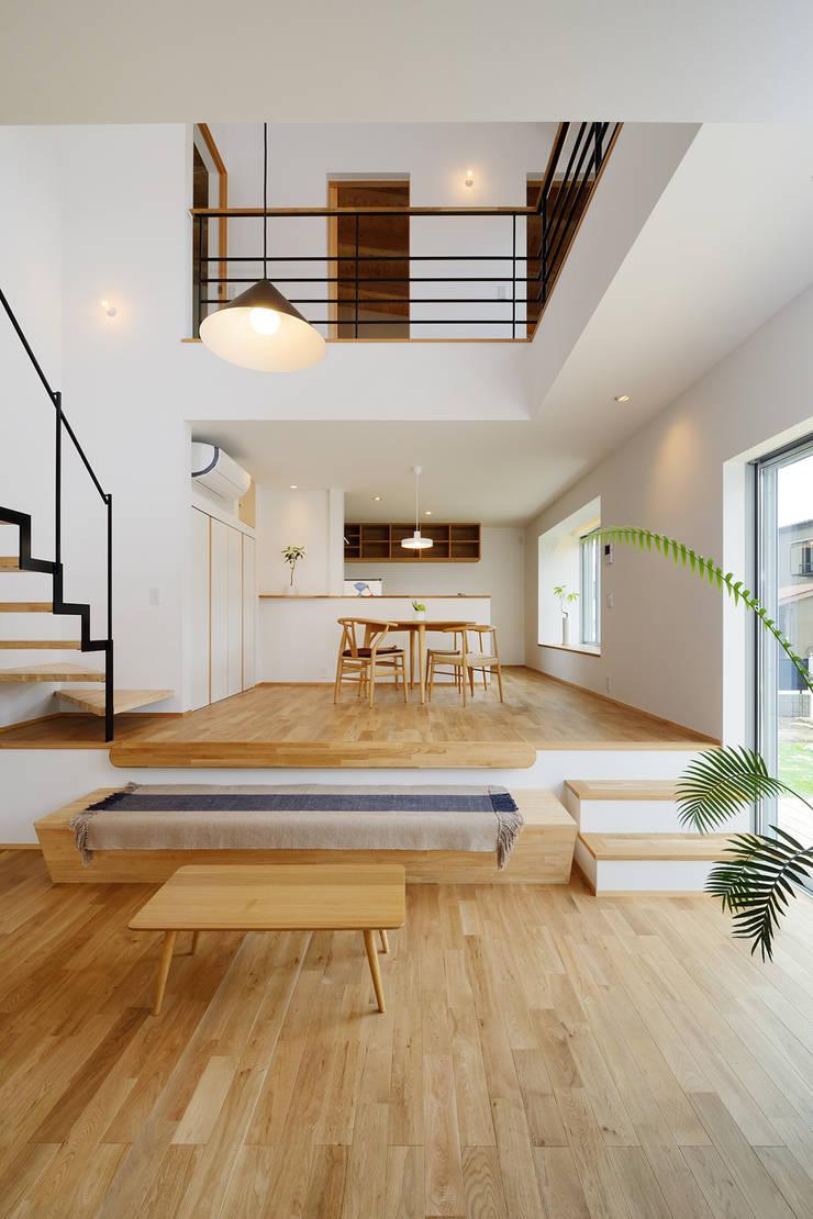 末広通の家: 株式会社kotoriが手掛けたリビングです。