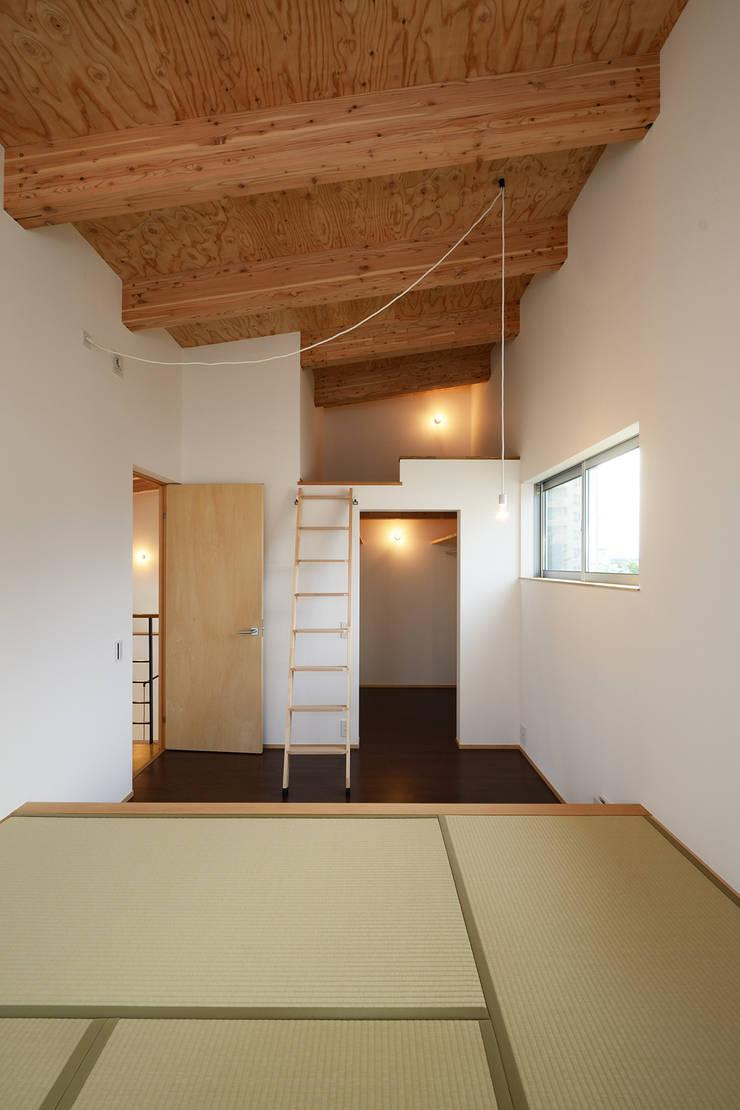 末広通の家: 株式会社kotoriが手掛けた寝室です。