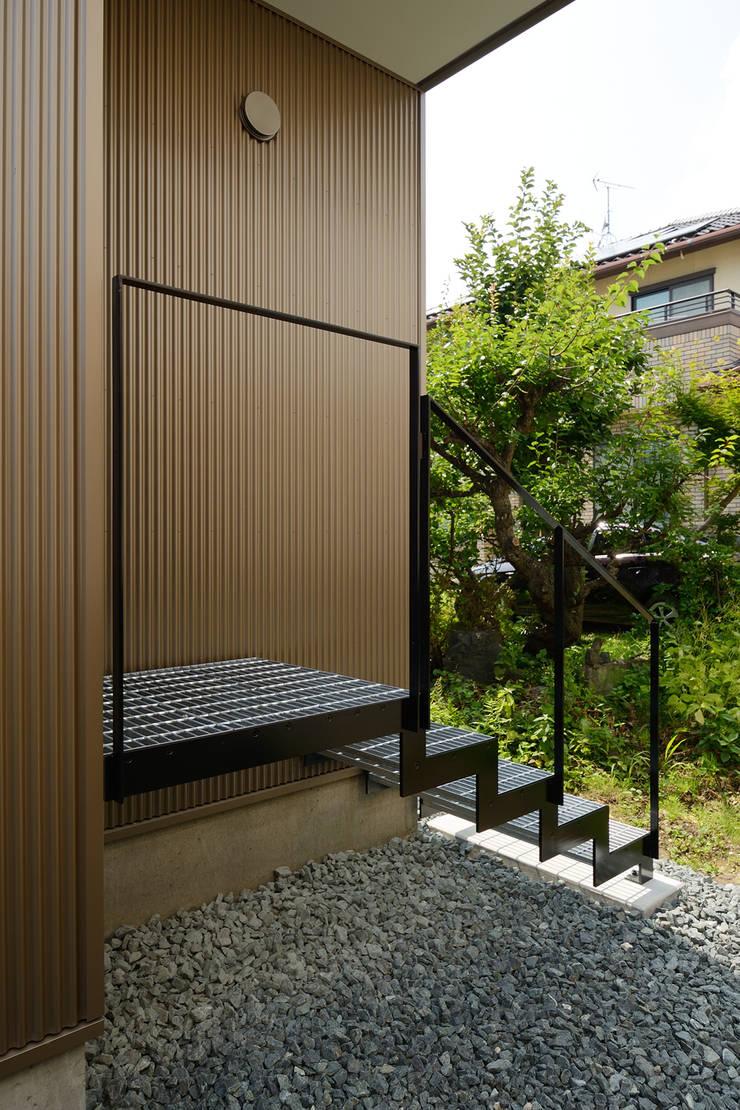 末広通の家: 株式会社kotoriが手掛けた廊下 & 玄関です。