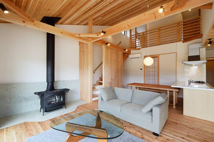 Salas de estar modernas por 株式会社kotori