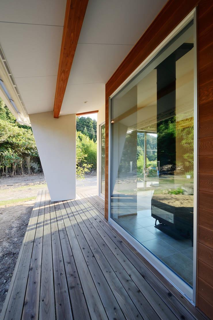 石巻町の家: 株式会社kotoriが手掛けたテラス・ベランダです。