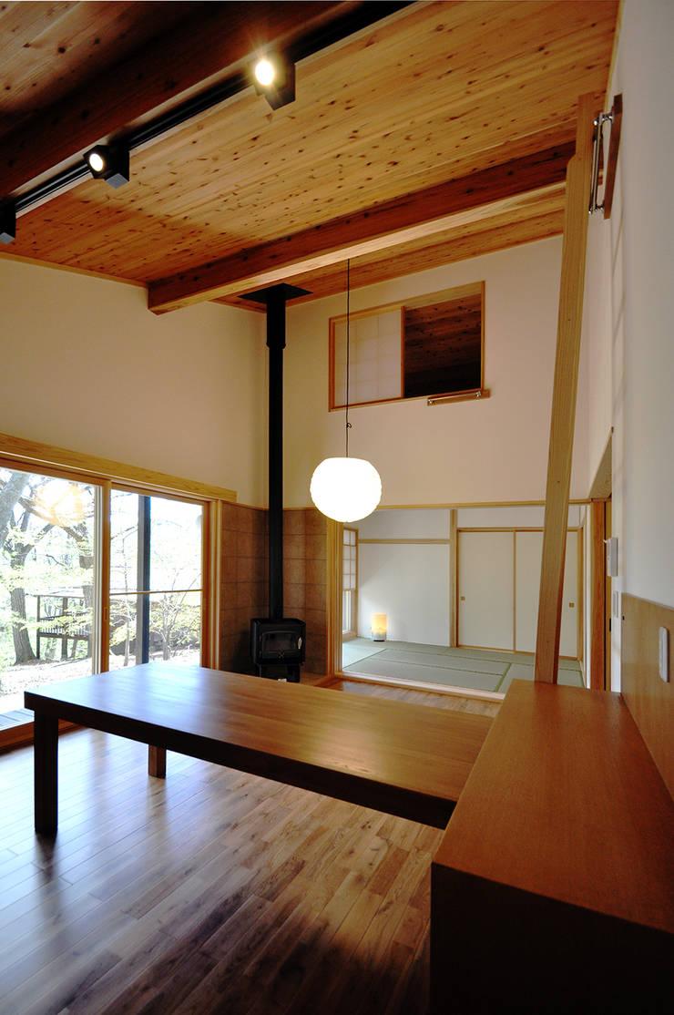 リビングから和室、ロフトを望む: モリモトアトリエ / morimoto atelierが手掛けたリビングです。