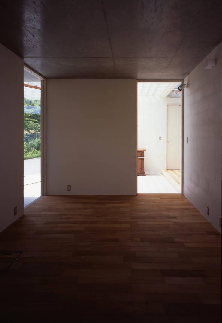 土の器:大網白里町の家: AIRアーキテクツ建築設計事務所が手掛けた寝室です。