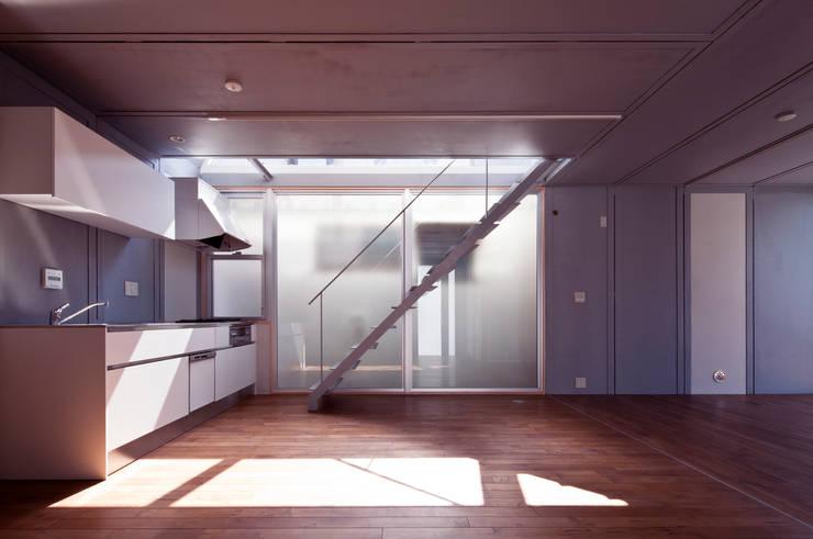 線と面の家:世田谷の狭小二世帯住宅: AIRアーキテクツ建築設計事務所が手掛けたキッチンです。
