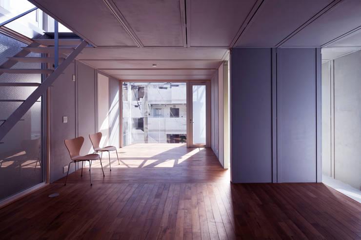 線と面の家:世田谷の狭小二世帯住宅: AIRアーキテクツ建築設計事務所が手掛けたリビングです。