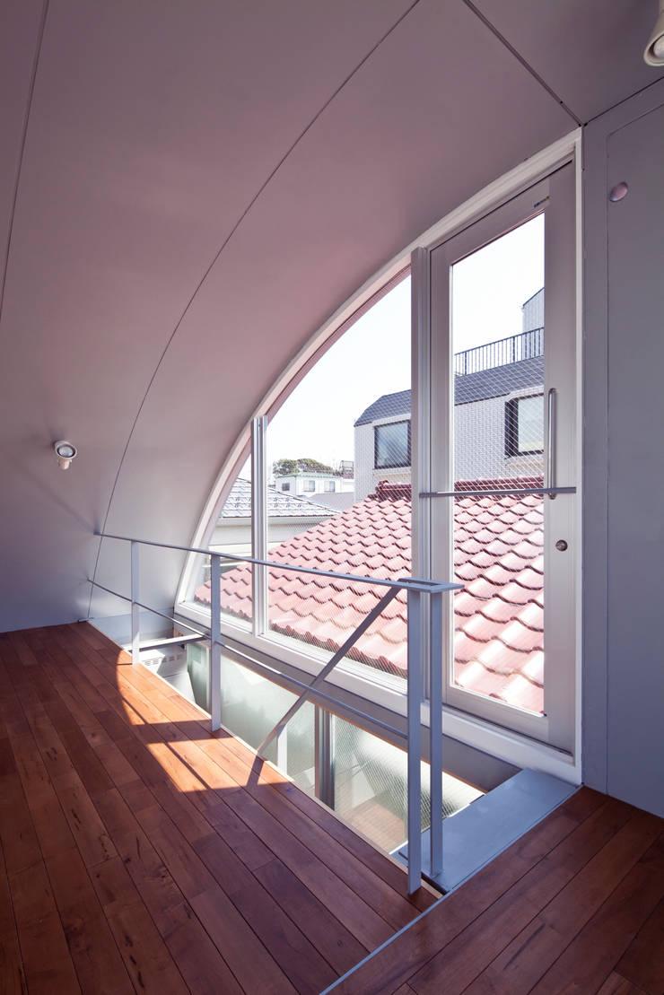 線と面の家:世田谷の狭小二世帯住宅: AIRアーキテクツ建築設計事務所が手掛けた廊下 & 玄関です。