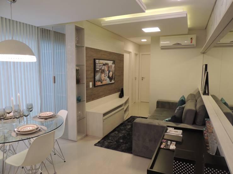 Área social: Salas de estar  por Cembrani móveis