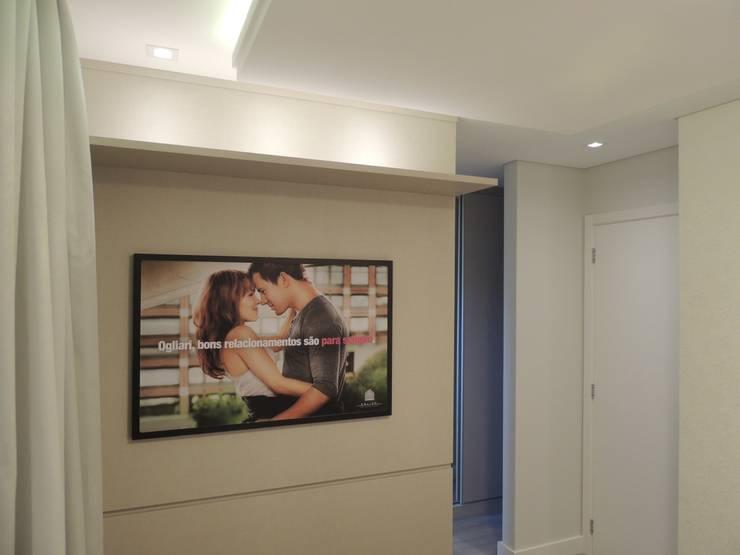 Suíte casal: Quartos  por Cembrani móveis