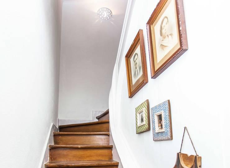 Pasillos y hall de entrada de estilo  por alma portuguesa