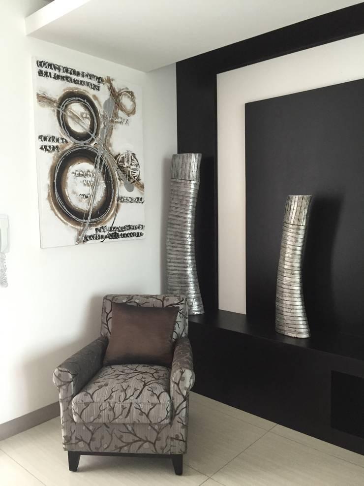 Un sillón con estilo: Recámaras de estilo  por ARKIZA ARQUITECTOS by Arq. Jacqueline Zago Hurtado