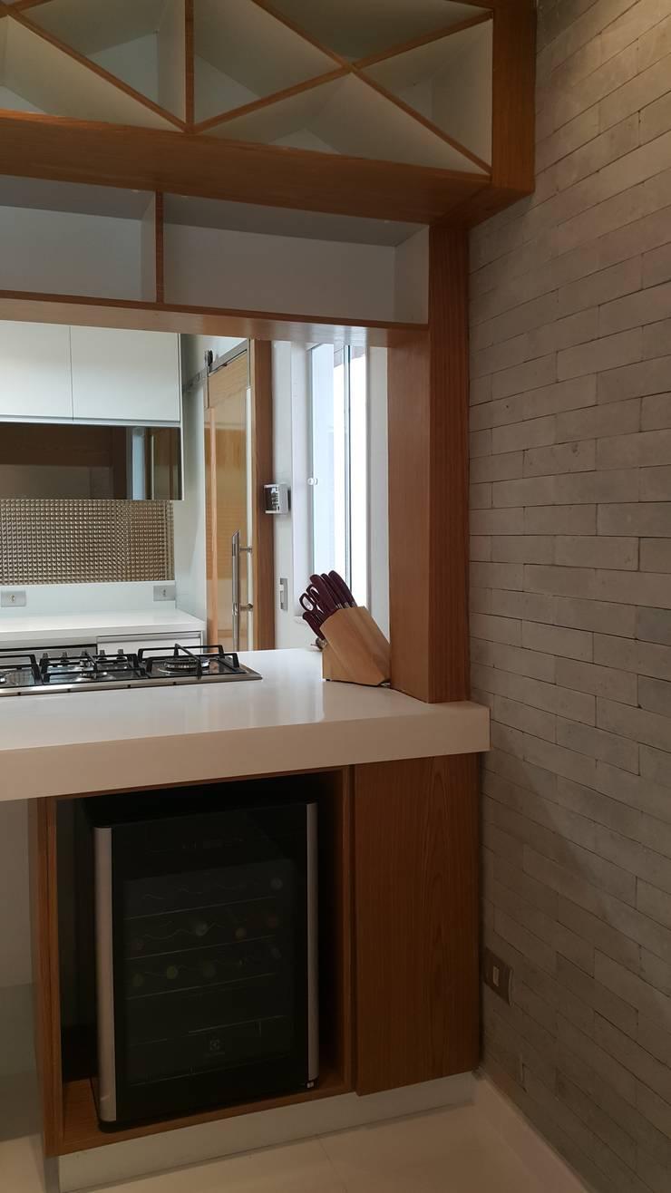 Projeto cozinha integrada ao jantar. Por Lucio Nocito Arquitetura : Adegas  por Lucio Nocito Arquitetura e Design de Interiores