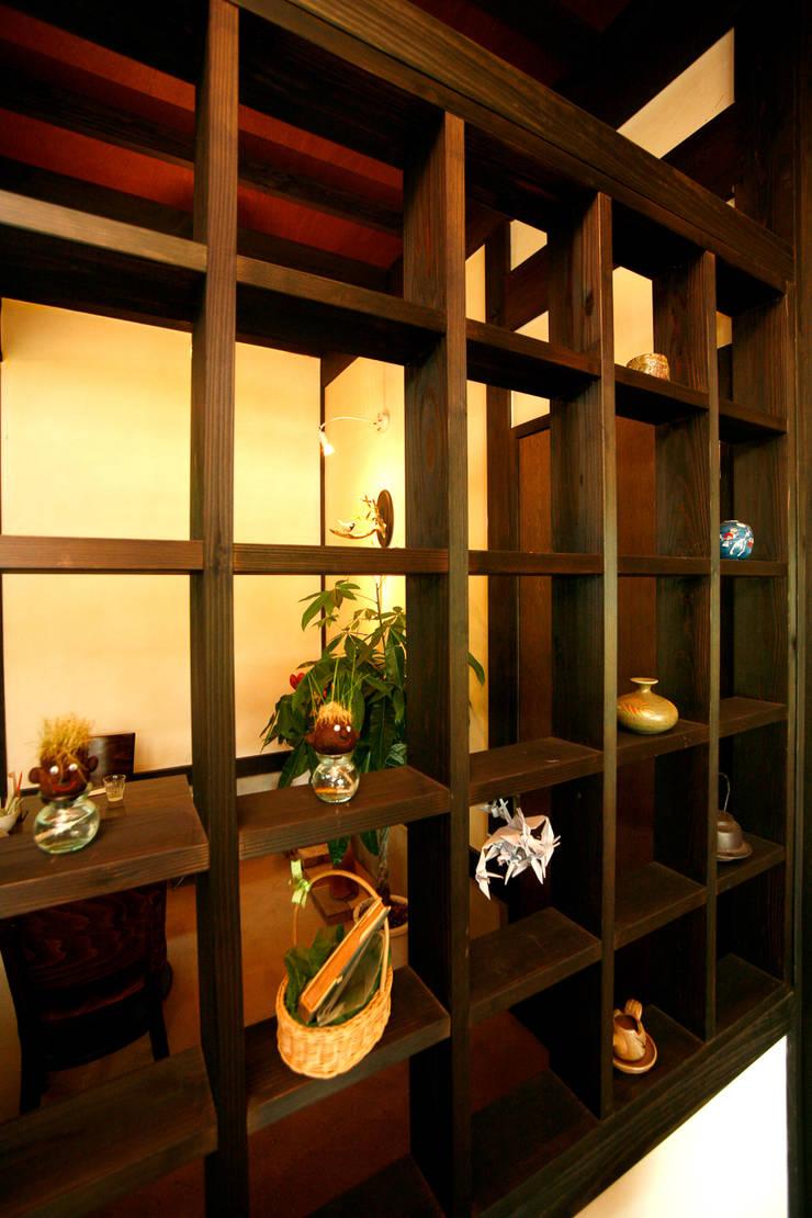 土間のあるノスタルジックなカフェ&ピザの店: 吉田建築計画事務所が手掛けたクラシックです。,クラシック