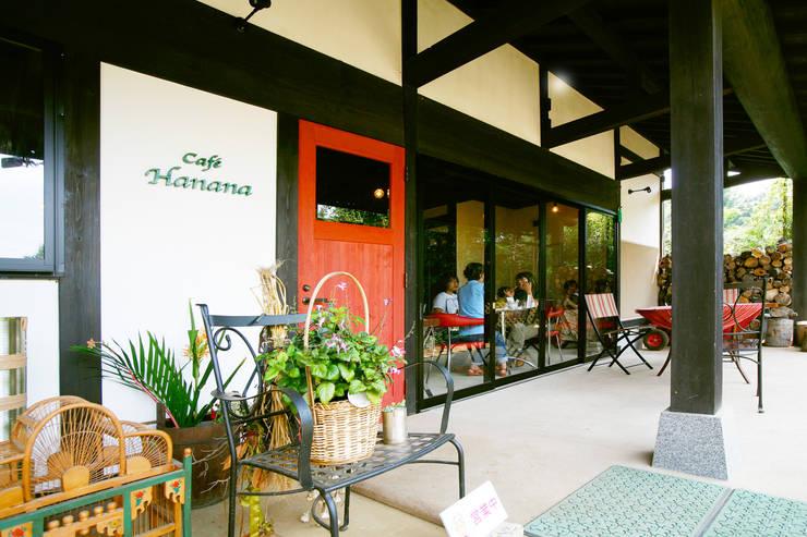 土間のあるノスタルジックなカフェ&ピザの店: 吉田建築計画事務所が手掛けたレストランです。,クラシック