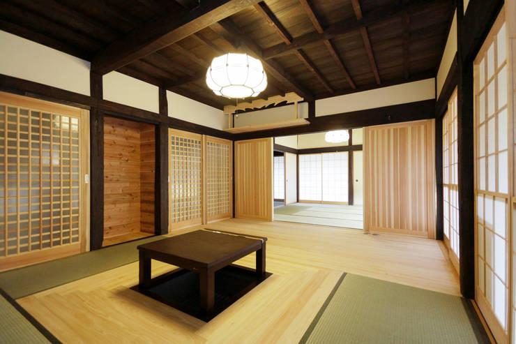 リビング: 吉田建築計画事務所が手掛けたリビングです。