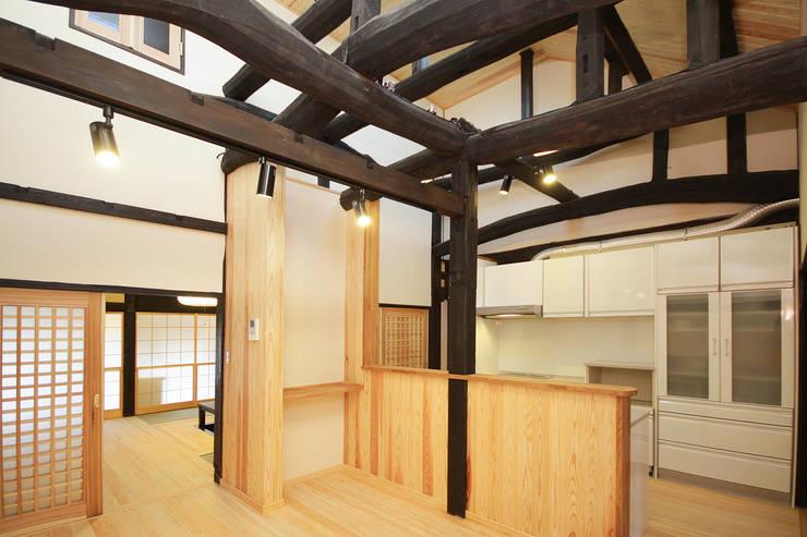 ダイニング: 吉田建築計画事務所が手掛けたダイニングです。