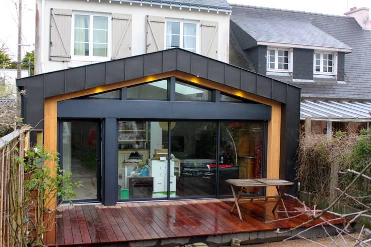 EXTENSION OSSATURE BOIS LARMOR PLAGE: Terrasse de style  par BCM