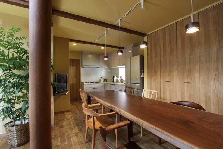 ナチュラルスタイルでゆったり暮らす: アトリエグローカル一級建築士事務所が手掛けたダイニングです。