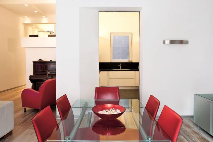 Casa AeML: Sala da pranzo in stile  di Maria Eliana Madonia Architetto