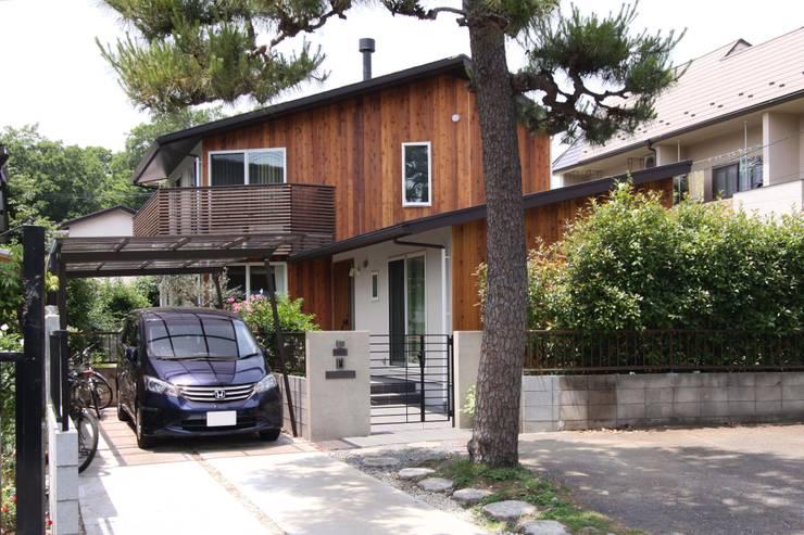 ナチュラルスタイルでゆったり暮らす: アトリエグローカル一級建築士事務所が手掛けた家です。