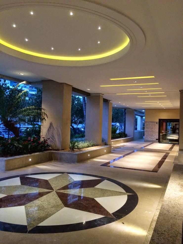 Hall social para condomínio na Barra da Tijuca RJ : Corredores e halls de entrada  por Lucio Nocito Arquitetura e Design de Interiores