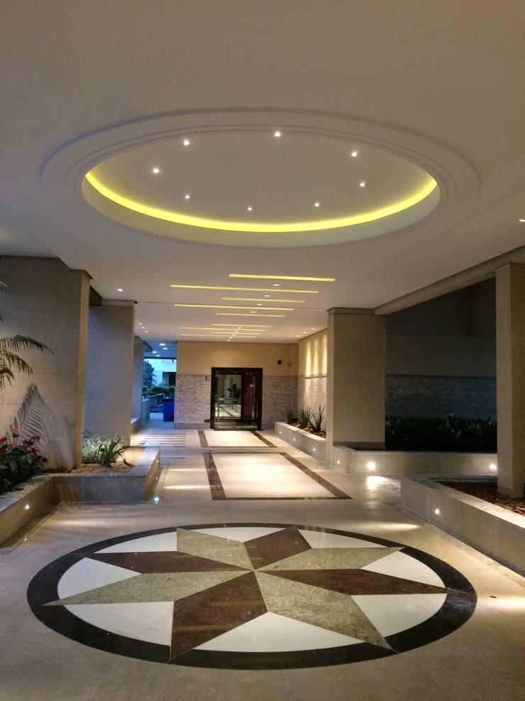 Hall social condomínio Barra da Tijuca RJ : Corredores e halls de entrada  por Lucio Nocito Arquitetura e Design de Interiores