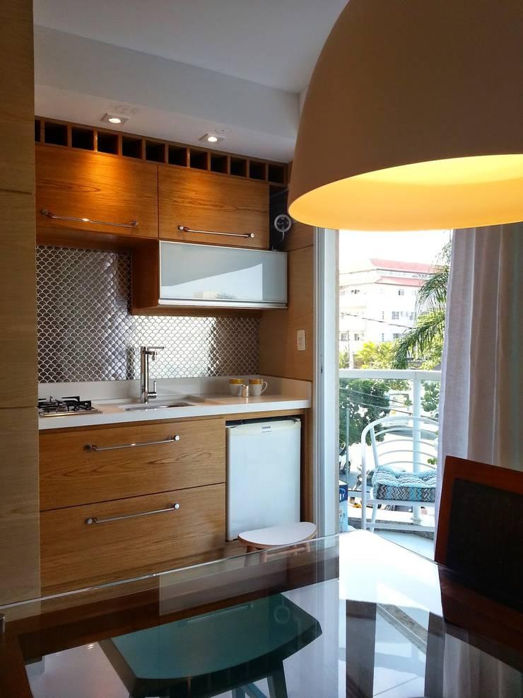 Espaço gourmet para um flat remodelado!: Cozinhas ecléticas por Lucio Nocito Arquitetura e Design de Interiores