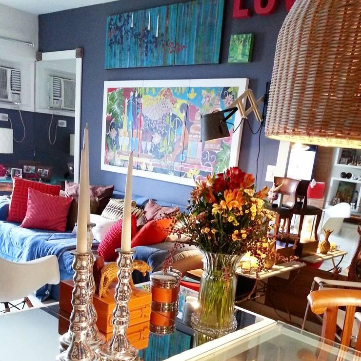 Living com muita personalidade: Salas de estar ecléticas por Lucio Nocito Arquitetura e Design de Interiores