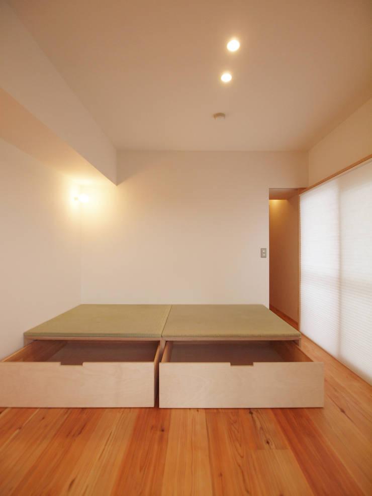 小上がり畳の引き出し収納: i think一級建築設計事務所が手掛けた多目的室です。