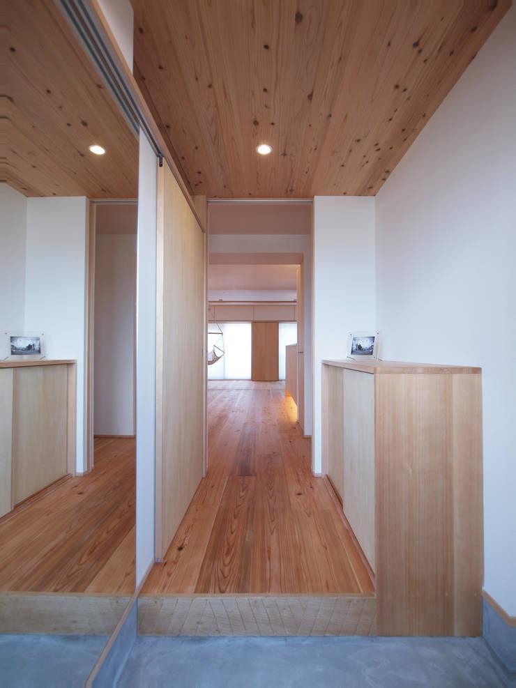 杉羽目板で仕上げた玄関天井: i think一級建築設計事務所が手掛けた玄関&廊下&階段です。