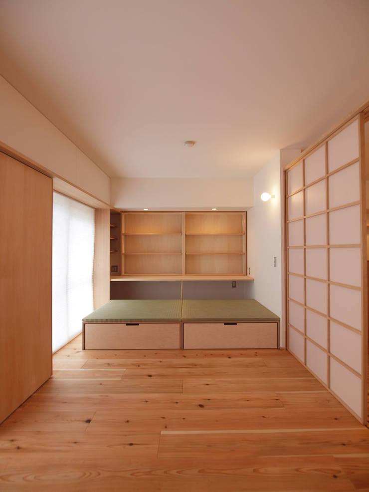 壁面に設けた本棚と110cm角の小上がり畳: i think一級建築設計事務所が手掛けた多目的室です。