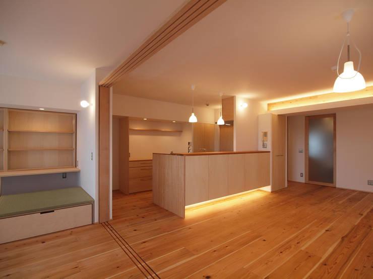 キッチン+カウンター収納は大工造作: i think一級建築設計事務所が手掛けたキッチンです。