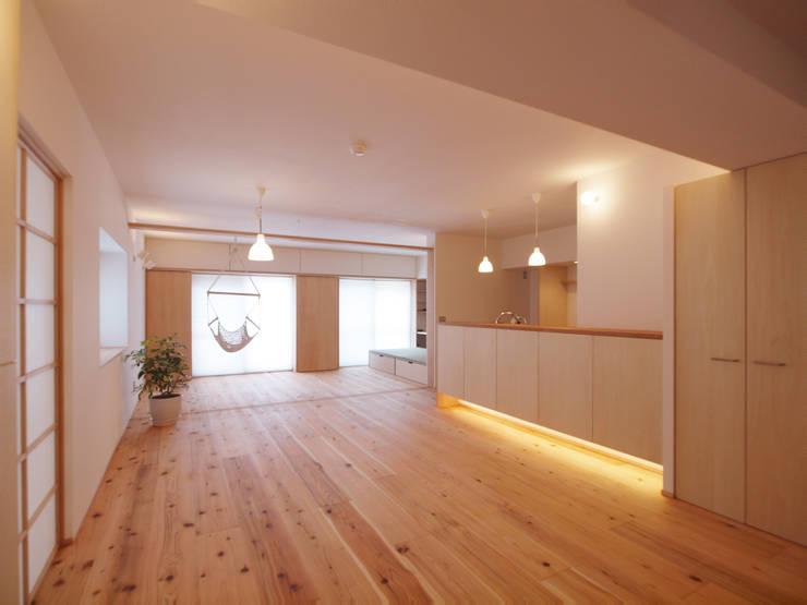 ワンルームとなるLDK+αの空間: i think一級建築設計事務所が手掛けたリビングルームです。
