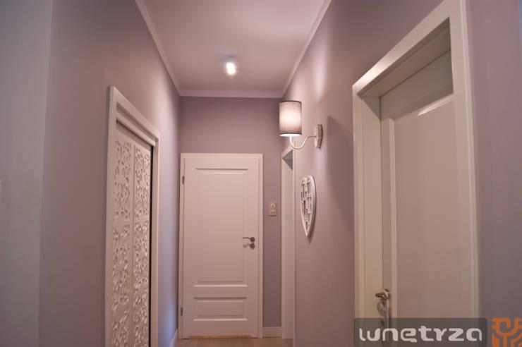 Ażurowe wejście do garderoby z przedpokoju: styl , w kategorii Korytarz, przedpokój zaprojektowany przez Wnętrza Alicja Galewska