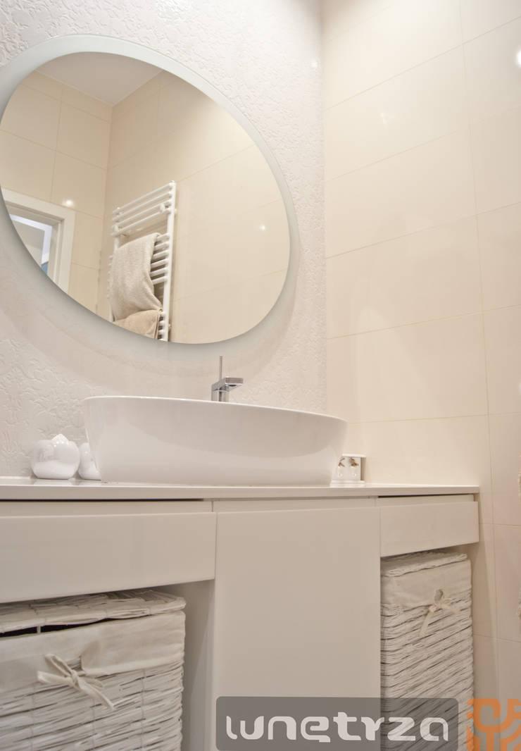 Łazienka w bieli : styl , w kategorii Łazienka zaprojektowany przez Wnętrza Alicja Galewska
