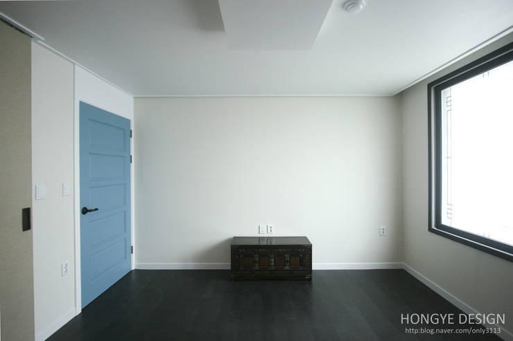 고가구의 적절한 배치, 오리엔탈 느낌의 32py 인테리어: 홍예디자인의  침실