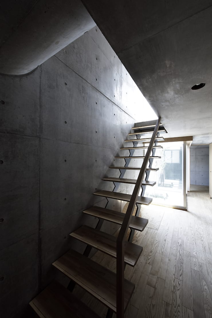 Modern Corridor, Hallway and Staircase by 株式会社廣田悟建築設計事務所 Modern Wood Wood effect