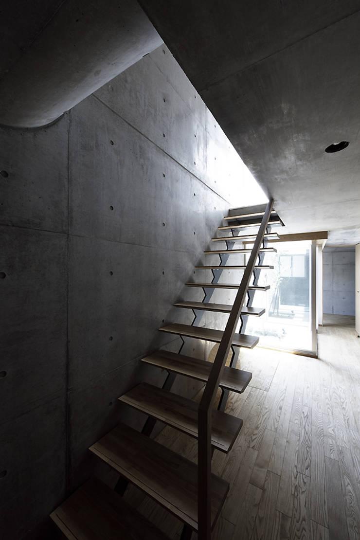 Moderne gangen, hallen & trappenhuizen van 株式会社廣田悟建築設計事務所 Modern Hout Hout