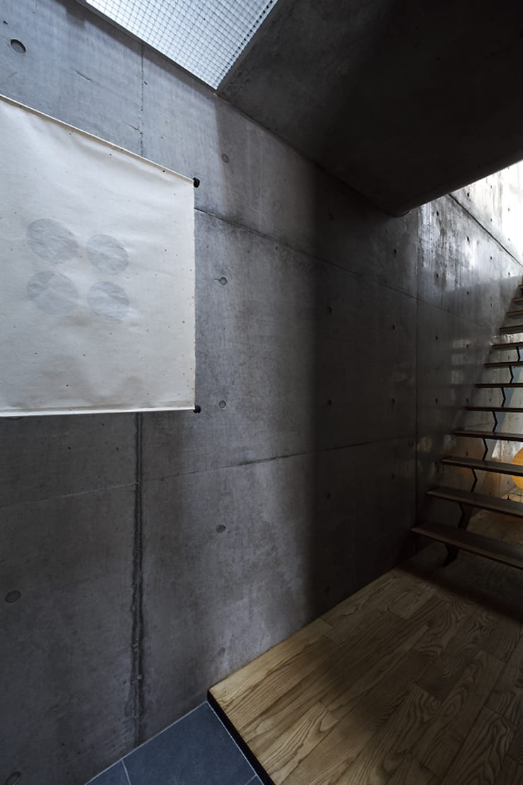 Modern Corridor, Hallway and Staircase by 株式会社廣田悟建築設計事務所 Modern Paper