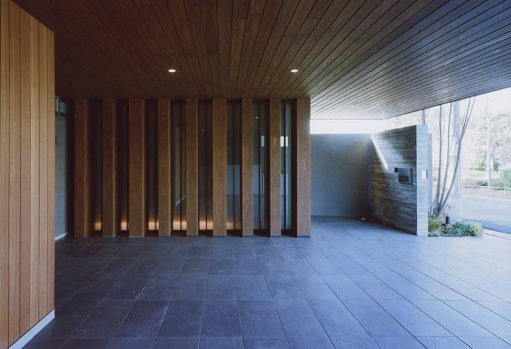 gravillusion: T-Square Design Associatesが手掛けたガレージです。,