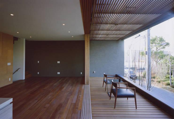 gravillusion: T-Square Design Associatesが手掛けたリビングです。