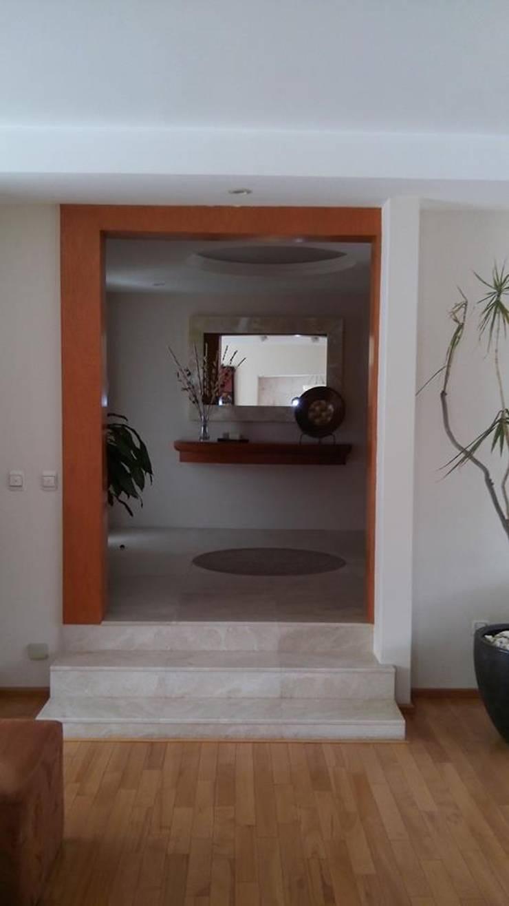 Diseno de Interiores: Pasillos y recibidores de estilo  por Diseno de interiores y asesoria