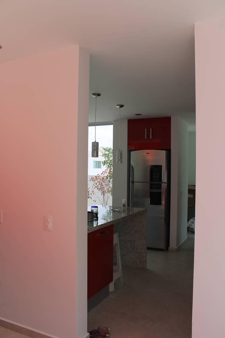 Ingresso & Corridoio in stile  di F.arquitectos
